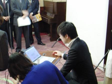 知事がパソコンを操作している写真