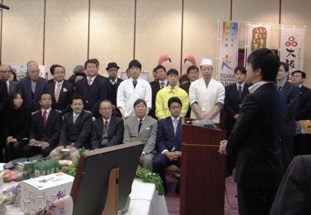 内覧会参加者と知事の写真